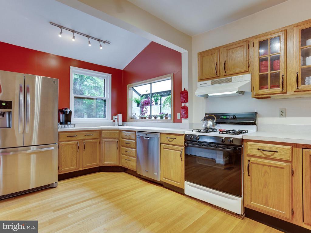 4 burner gas stove in the big kitchen - 5601 42ND AVE, HYATTSVILLE