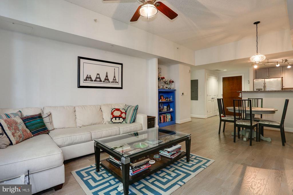 Living Room - 1020 N HIGHLAND ST #222, ARLINGTON