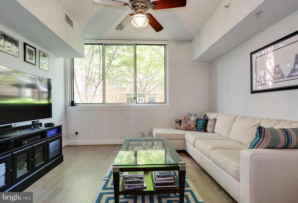 Living Room overlooks serene courtyard - 1020 N HIGHLAND ST #222, ARLINGTON