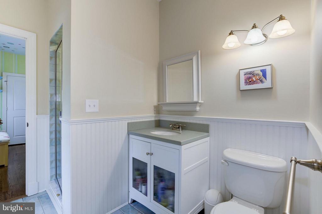 Second upstairs bath - 4949 SHERIER PL NW, WASHINGTON