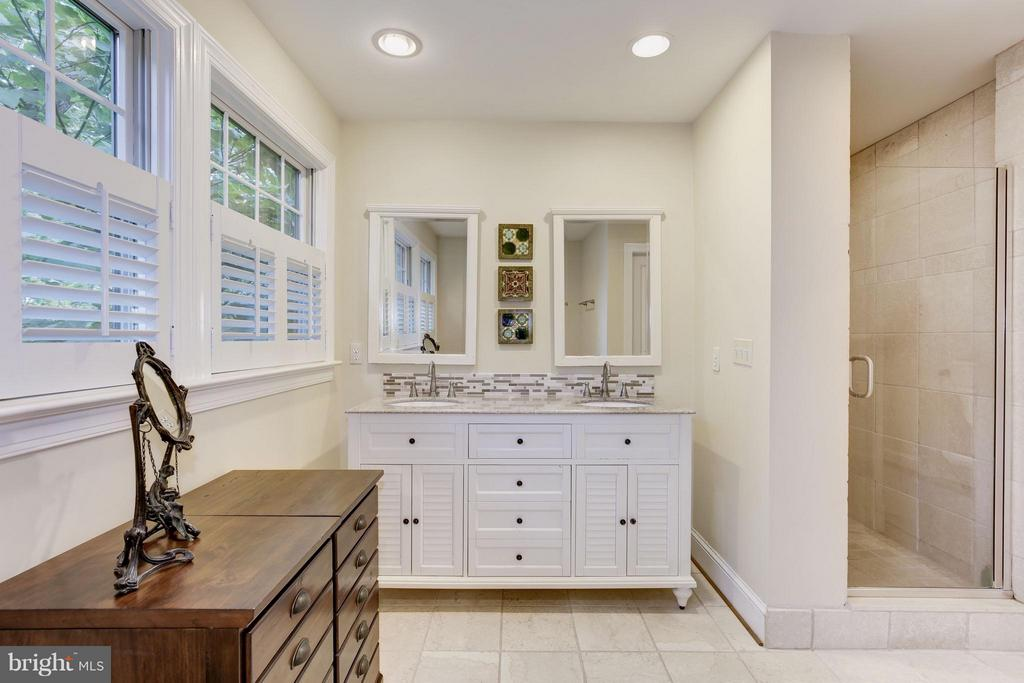 Stunning master bath with tub and shower - 4949 SHERIER PL NW, WASHINGTON