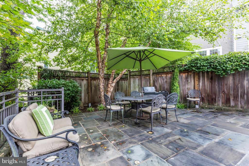 Idyllic setting-perfect place to relax by the pool - 4949 SHERIER PL NW, WASHINGTON