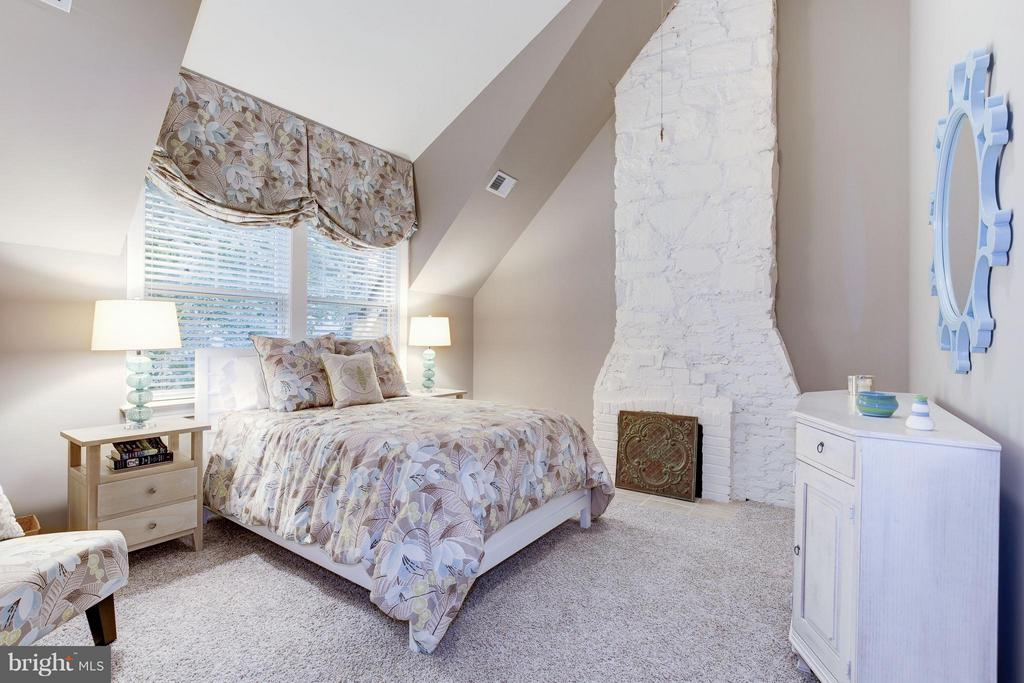 Super charming room, with exposed brick chimney - 4949 SHERIER PL NW, WASHINGTON