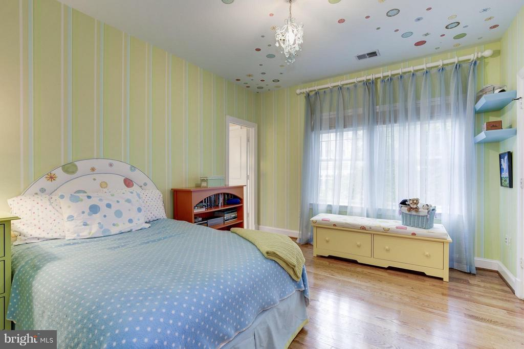 Third bedroom with charming colors - 4949 SHERIER PL NW, WASHINGTON