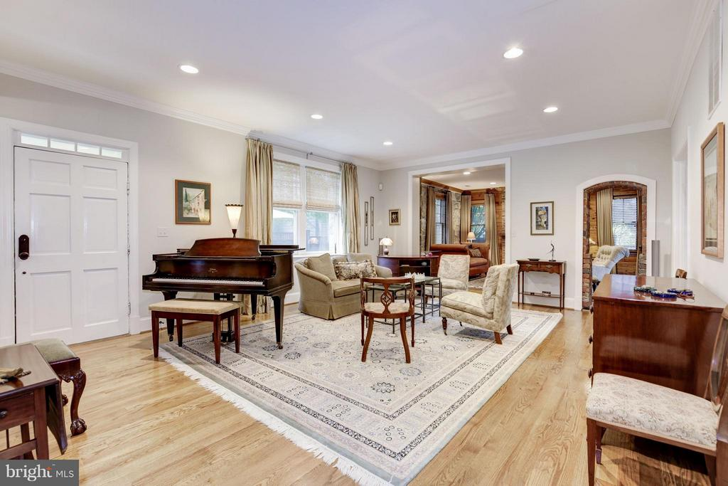 Spacious living room for gracious entertaining - 4949 SHERIER PL NW, WASHINGTON