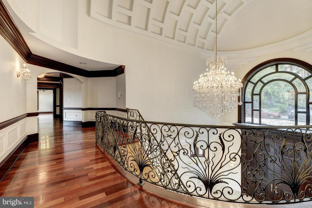 Upper Foyer / Hallway - 612 RIVERCREST DR, MCLEAN