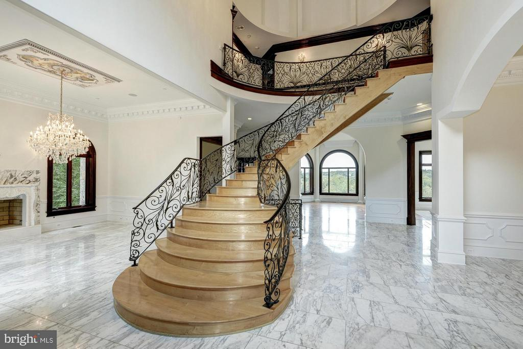 Maplewood Staircase to Upper Level - 612 RIVERCREST DR, MCLEAN