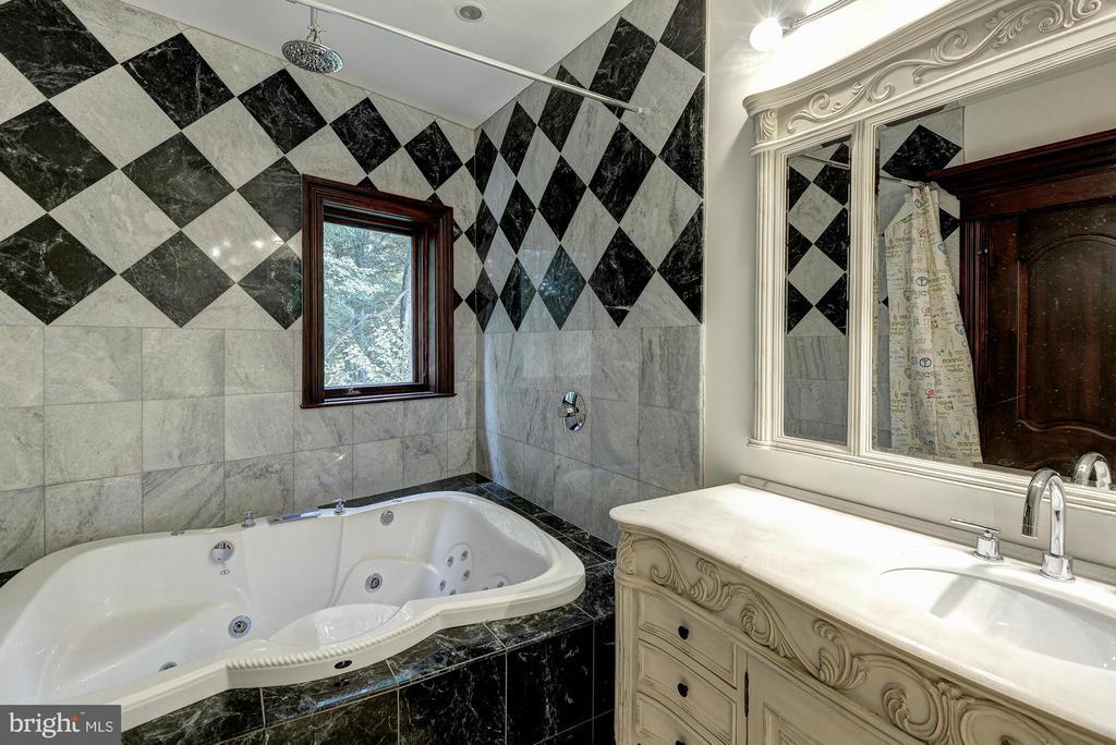 Bath for Bedroom #2 - 612 RIVERCREST DR, MCLEAN