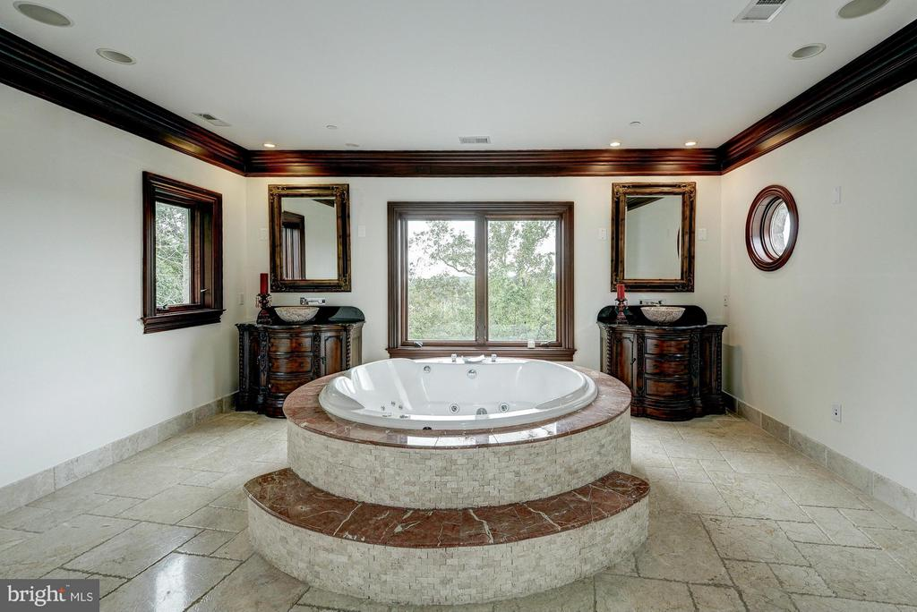 Bath for Owner's Suite - 612 RIVERCREST DR, MCLEAN
