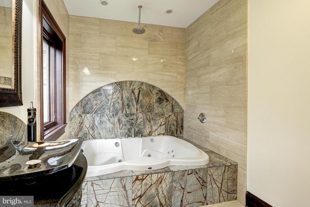 Bath for Bedroom #3 - 612 RIVERCREST DR, MCLEAN