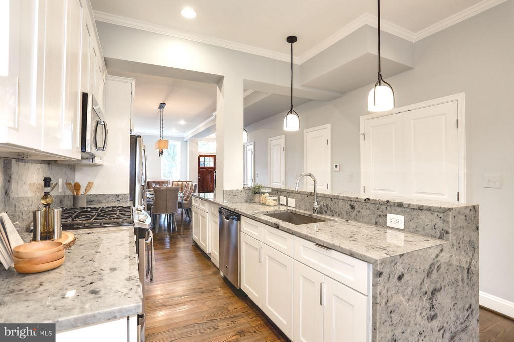 Ample storage and counter space - 915 9TH ST NE, WASHINGTON
