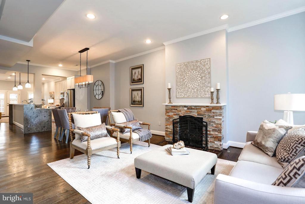 Spacious open floor plan on main level - 915 9TH ST NE, WASHINGTON
