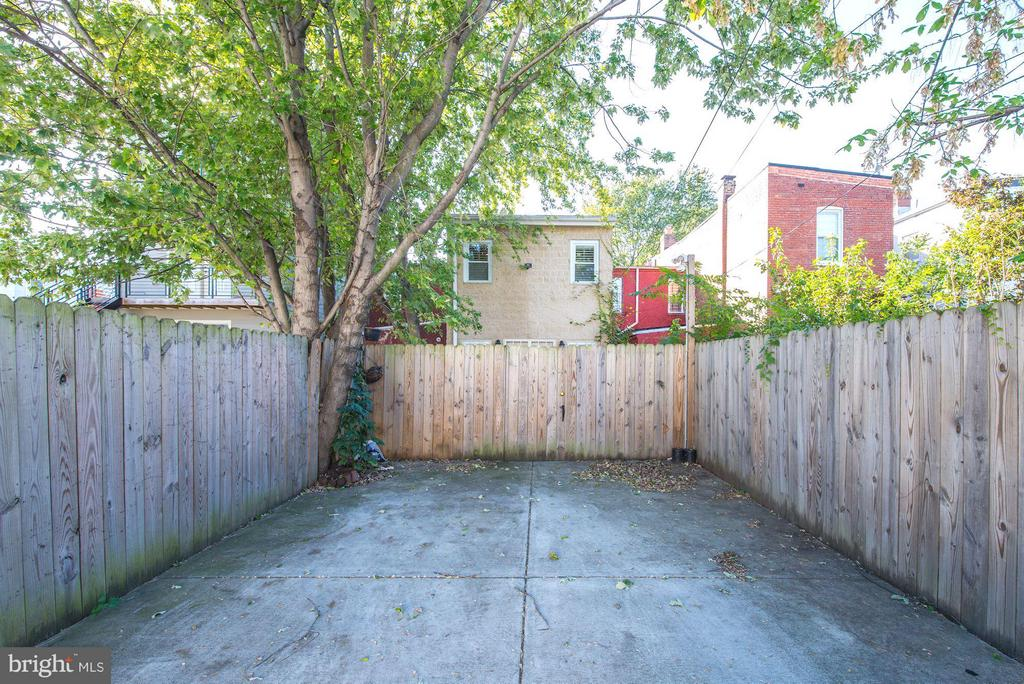 Private parking for two cars - 915 9TH ST NE, WASHINGTON