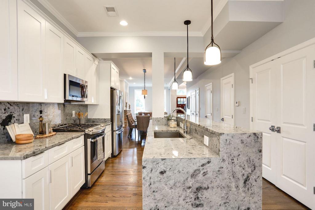 Well designed kitchen perfect for entertaining - 915 9TH ST NE, WASHINGTON