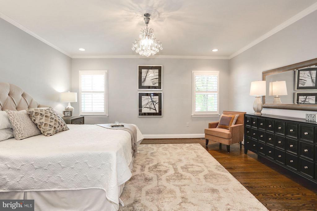 Master suite features an abundance of light - 915 9TH ST NE, WASHINGTON