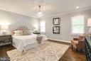 Sizable master suite - 915 9TH ST NE, WASHINGTON