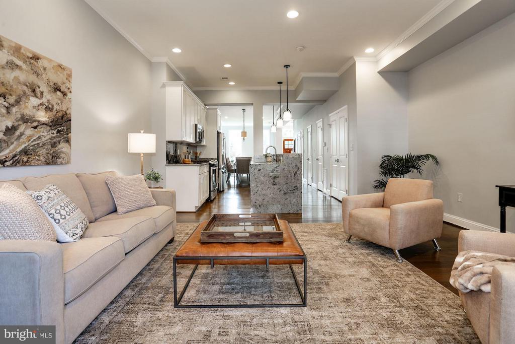 Spacious rear family room - 915 9TH ST NE, WASHINGTON