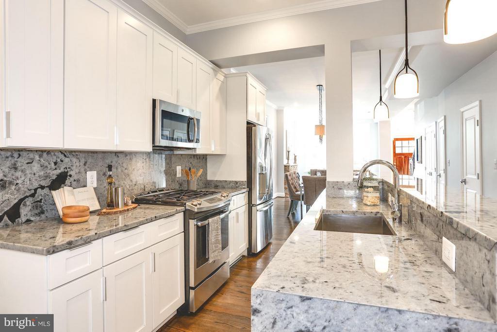 Gourmet kitchen with gas range - 915 9TH ST NE, WASHINGTON