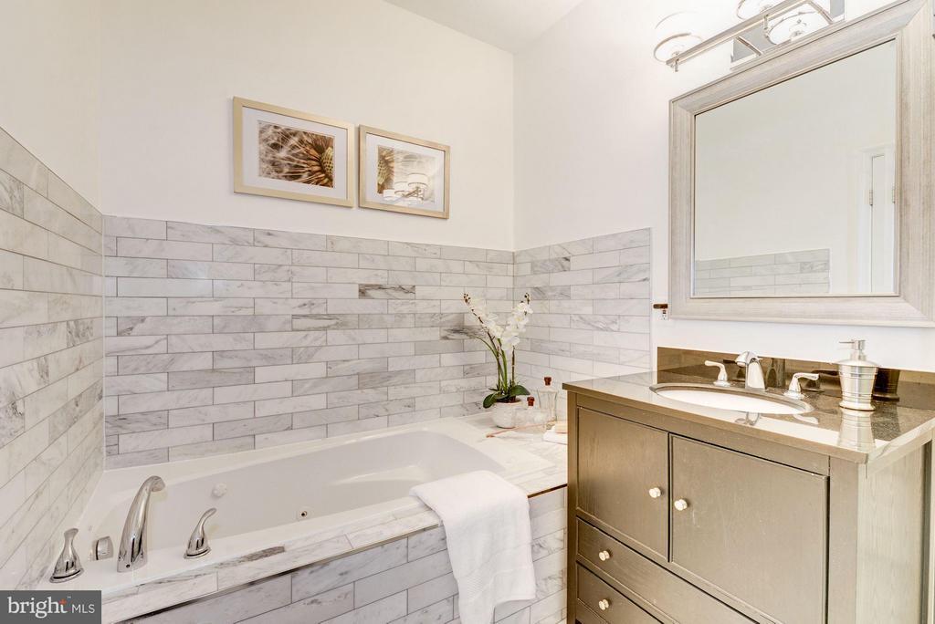 Luxurious jetted tub in master bathroom - 915 9TH ST NE, WASHINGTON
