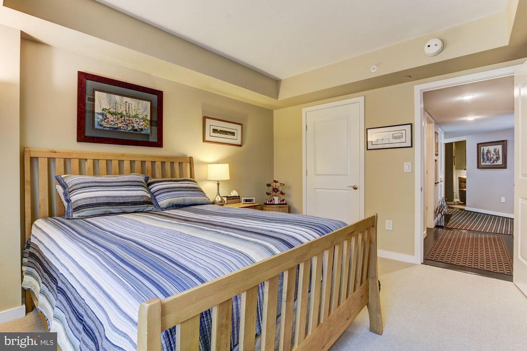 Guest bedroom w/ custom closet built-ins. - 1025 1ST ST SE #613, WASHINGTON