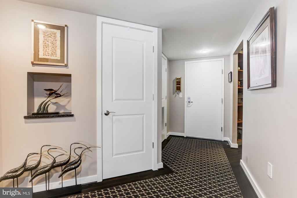 Front entry, den to right, HVAC/utilities closets - 1025 1ST ST SE #613, WASHINGTON