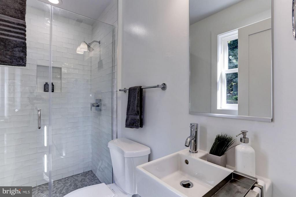 with attached full bath - 2620 MORELAND PL NW, WASHINGTON