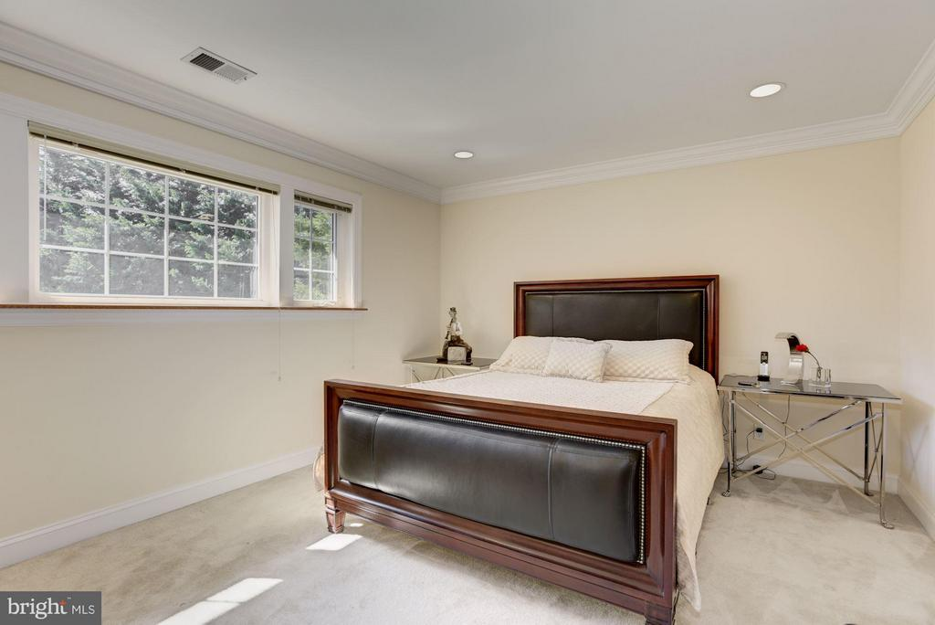 Guest Bedroom with a separate sitting room - 8142 OLD DOMINION DR, MCLEAN