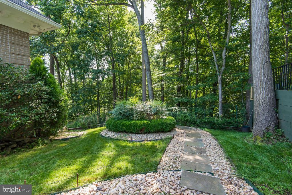 Gardens / Footpaths - 703 POTOMAC KNOLLS DR, MCLEAN