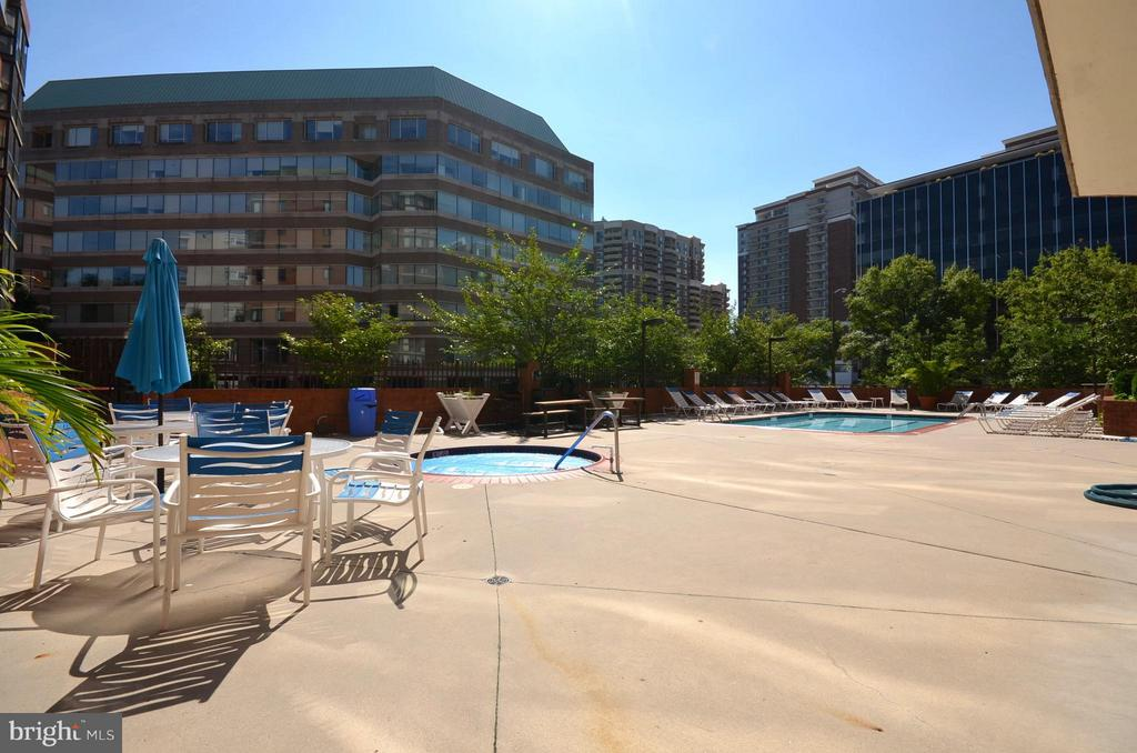 Pool Deck and Hot Tub - 1001 N RANDOLPH ST #419, ARLINGTON