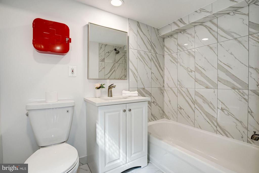 Updated bath tile and fixtures - 1511 22ND ST NW #15, WASHINGTON