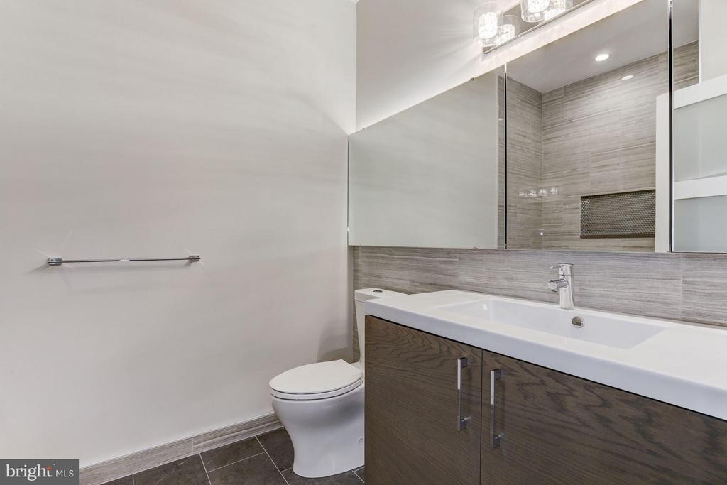 Hall Full Bath on Upper Floor - 517 Q ST NW #2, WASHINGTON