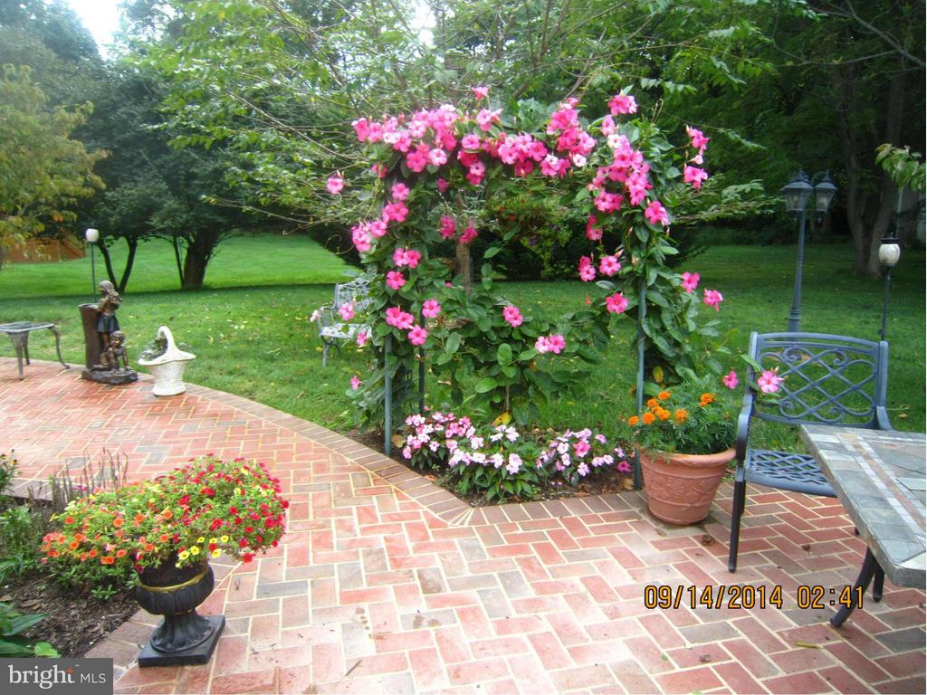 Lovely Garden Path to Gazebo with Gas Firepit. - 2952 BONDS RIDGE CT, OAKTON