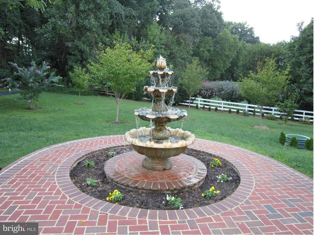 One of Several Fountains throughout the Grounds. - 2952 BONDS RIDGE CT, OAKTON