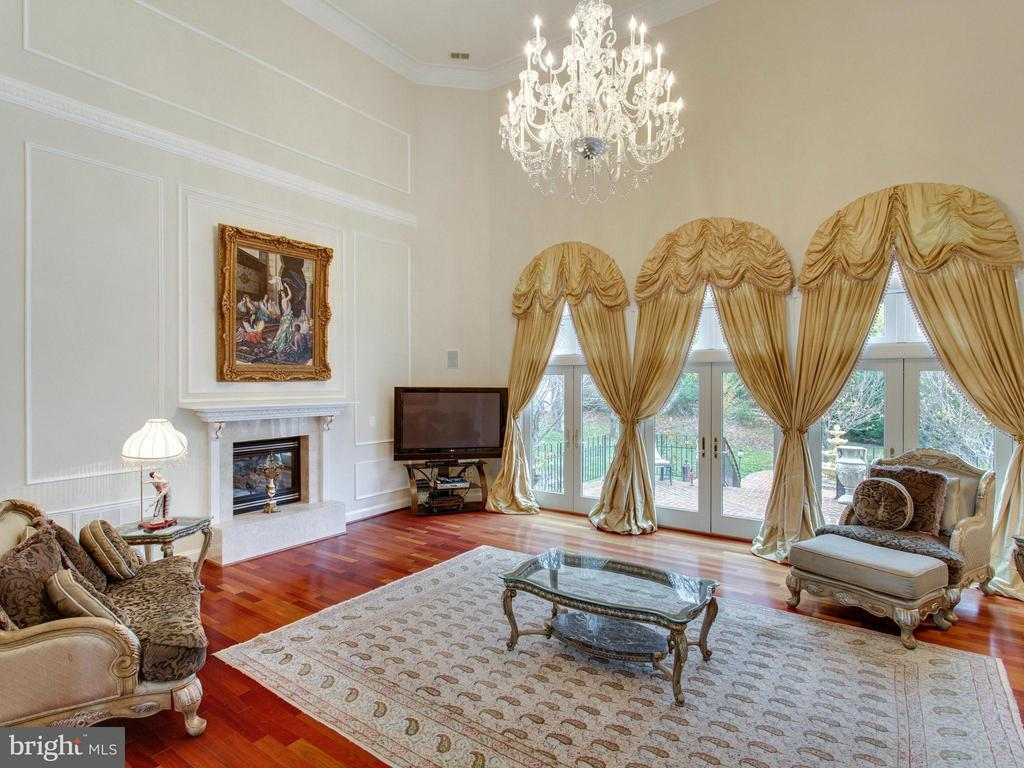 Family Room Overlooks Stunning Yard. - 2952 BONDS RIDGE CT, OAKTON