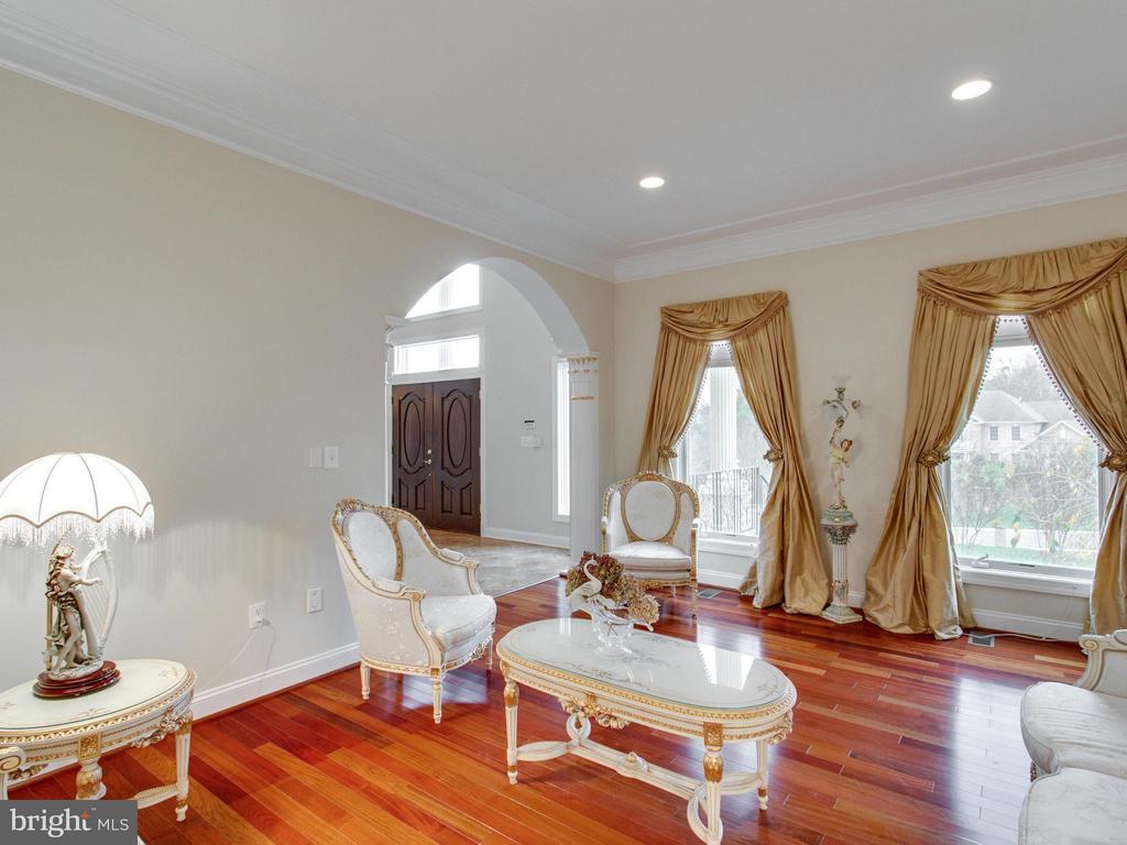 Formal Living Room with Brazilian Cherry Flooring. - 2952 BONDS RIDGE CT, OAKTON
