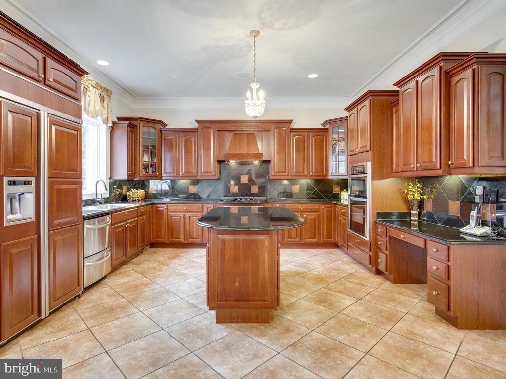Cherry Cabinetry & High End Appliances. - 2952 BONDS RIDGE CT, OAKTON