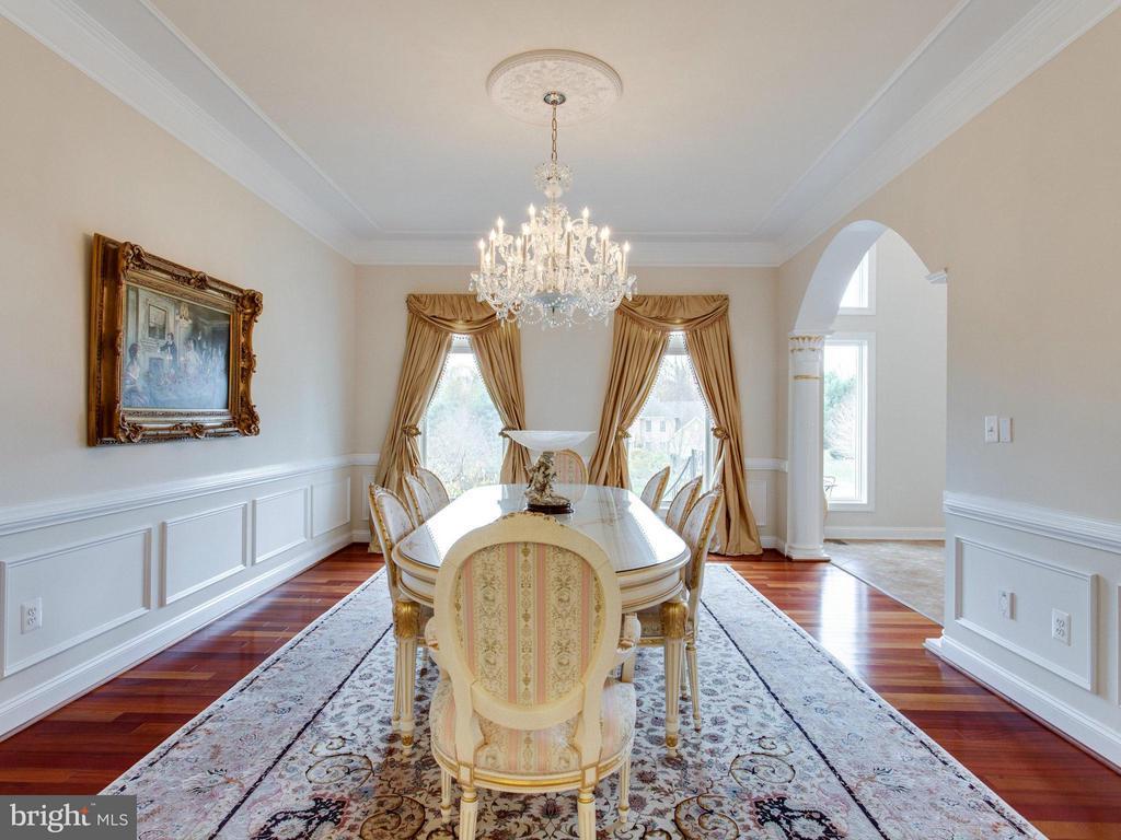 Elegant Dining Room with Exquisite Molding Detail. - 2952 BONDS RIDGE CT, OAKTON