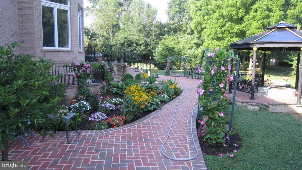 Garden Path. - 2952 BONDS RIDGE CT, OAKTON