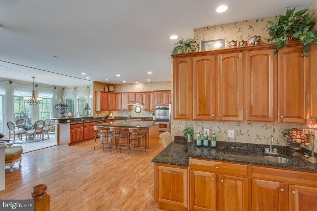 Open Butler's Pantry w Wet Bar Adjacent to Dining - 11600 FOREST HILL CT, FAIRFAX