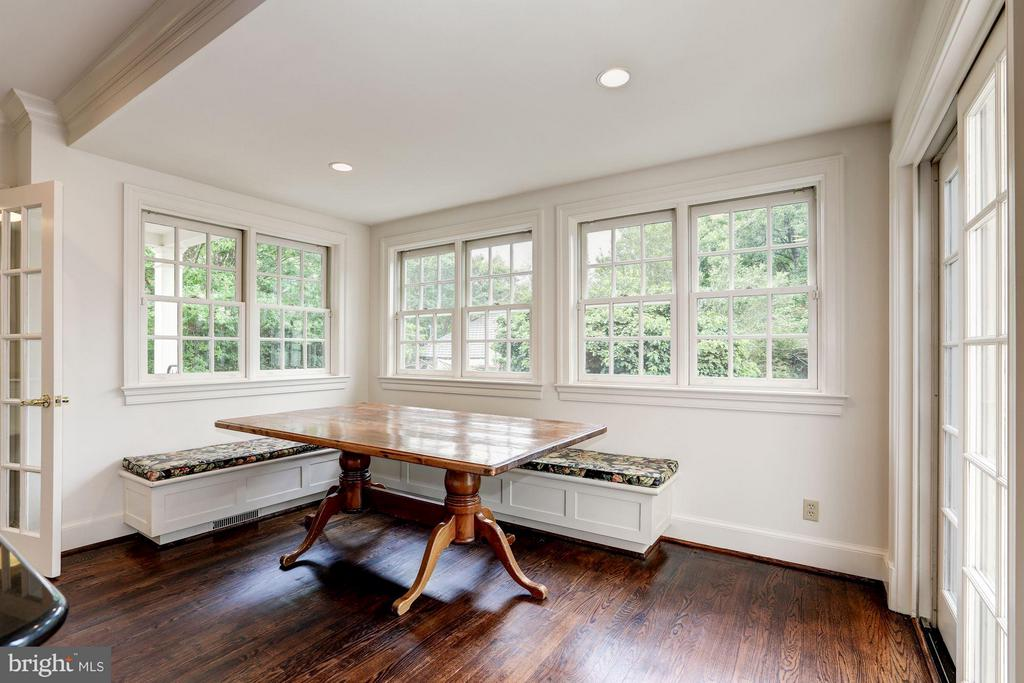 Breakfast nook with built-in banquette seating - 5107 MOORLAND LN, BETHESDA