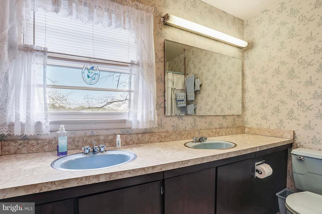 Full bath on bedroom level - 15411 HERNDON AVE, CHANTILLY