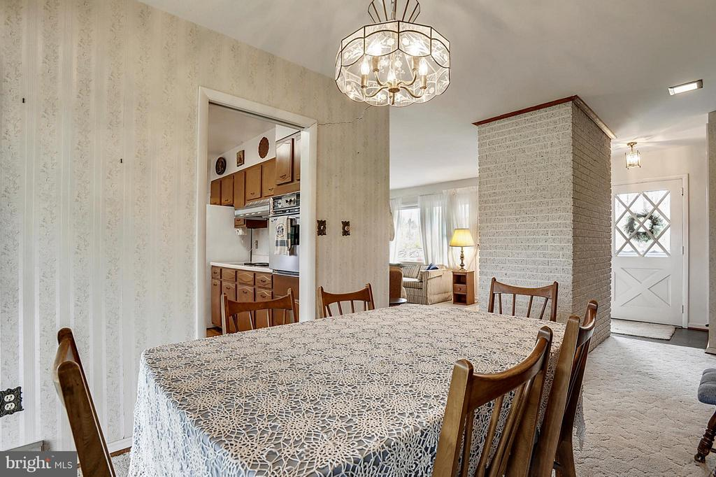 Separate dining room off kitchen - 15411 HERNDON AVE, CHANTILLY