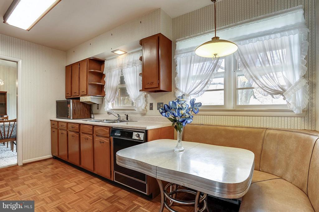 Galley kitchen with table space - 15411 HERNDON AVE, CHANTILLY