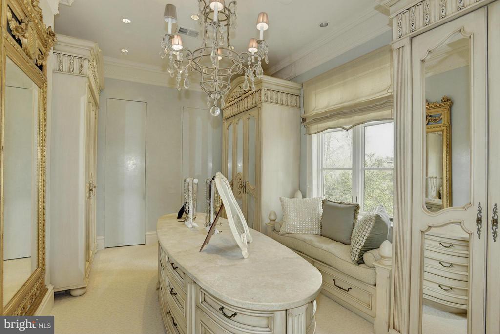 Her Dressing Room - 5517 PEMBROKE RD, BETHESDA