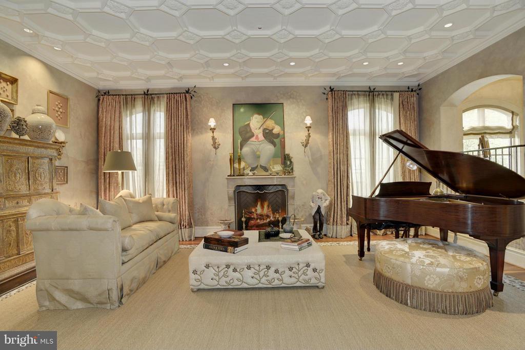 Living Room - 5517 PEMBROKE RD, BETHESDA