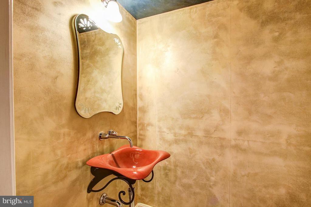 Lower Level Half Bath - 424 PRINCESS ST, ALEXANDRIA