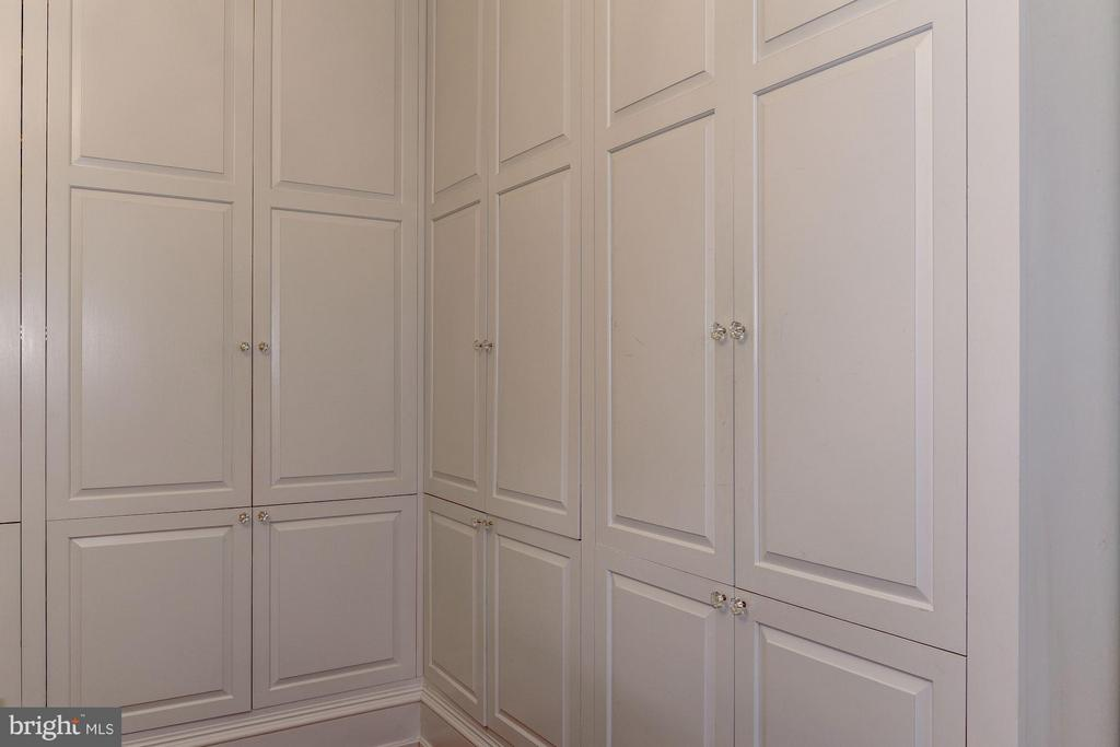 Large Office room w custom built-ins on 2 walls - 413 WASHINGTON ST N, ALEXANDRIA