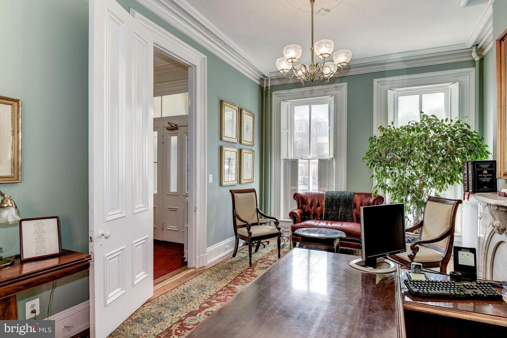 Large front room - 11' ceilings, historic details - 413 N WASHINGTON ST, ALEXANDRIA