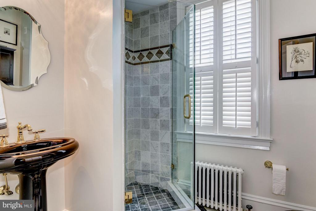 Renovated Full Bathroom w shower - 413 WASHINGTON ST N, ALEXANDRIA