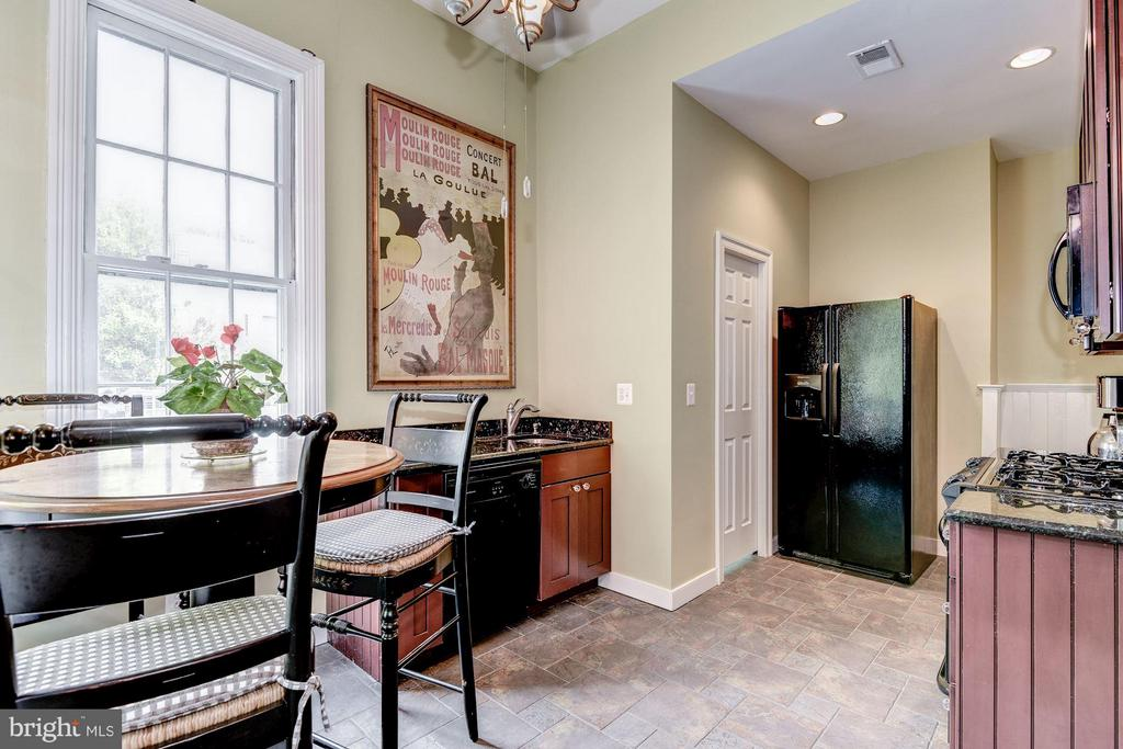 Large Renovated Kitchen w table space - 413 N WASHINGTON ST, ALEXANDRIA
